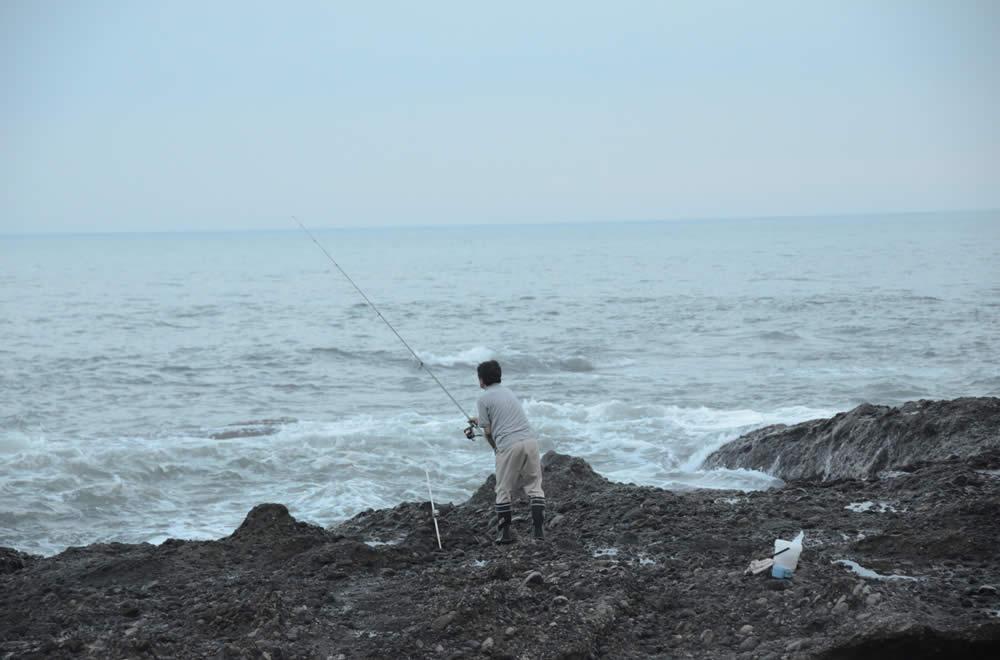 磯釣りを楽しむ