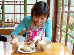 甘味処 燦燦で食事する記者