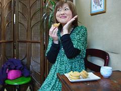 甘太郎の大判焼きを食べる記者