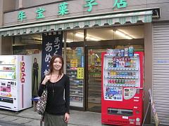 年宝菓子店の入り口にたつ記者