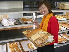 ブリアン大洗店でパンを選ぶ記者