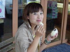 カノウヤ菓子店で食事する記者
