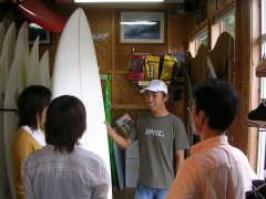 サーフィンの説明を聞く3人
