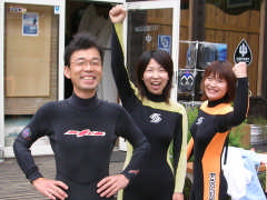 サーフィン体験前の3人