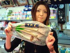 飯岡屋水産 本店で干物をもつ記者