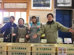 小野瀬海藻のお店の方たちと記者