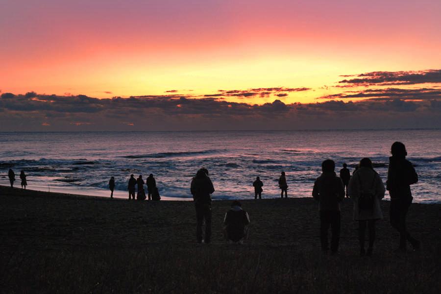 初日の出を待つ人々(大洗海岸