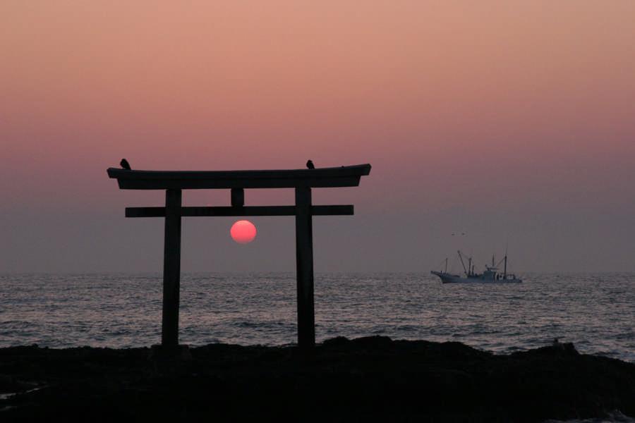 神磯から昇る太陽