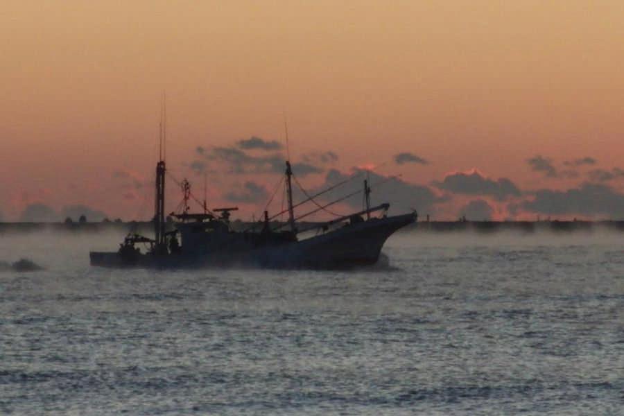 けあらしに浮かぶ漁船(撮影:伊藤哲司様)