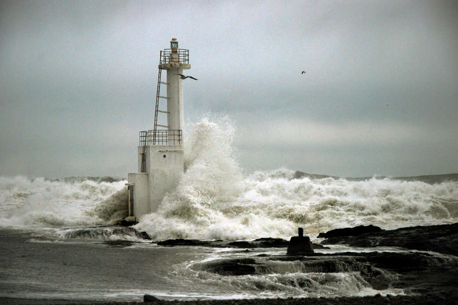 A lighthouse that can withstand rough waves