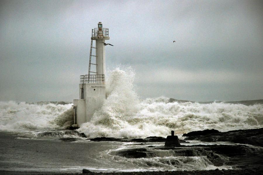 荒波に耐える灯柱