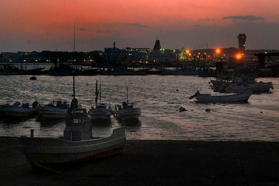 夕阳下从渔港看到的渡轮和望海塔的景色