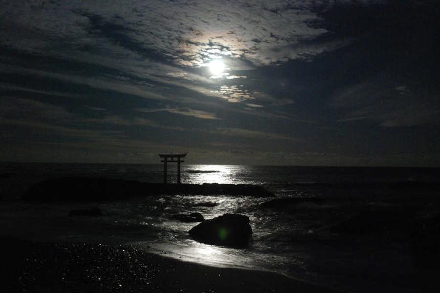 月光に照らされる神磯