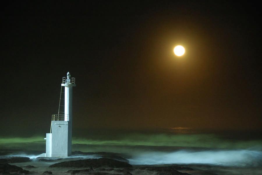 月灯りに浮かぶ磯浜灯柱