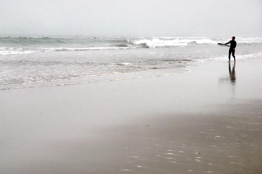 波に挑む若者