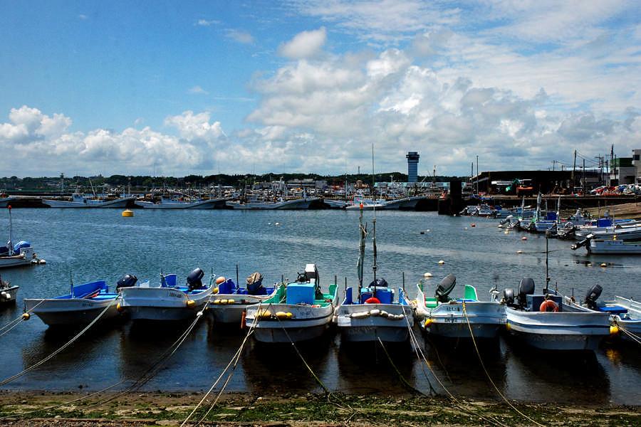 青空と漁港