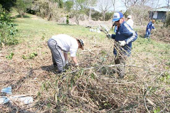 大洗町の歴史と自然を楽しむ会による除草作業
