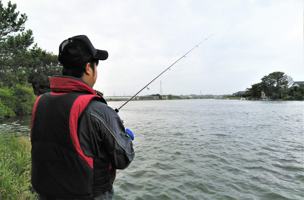 涸沼川で川釣りの様子