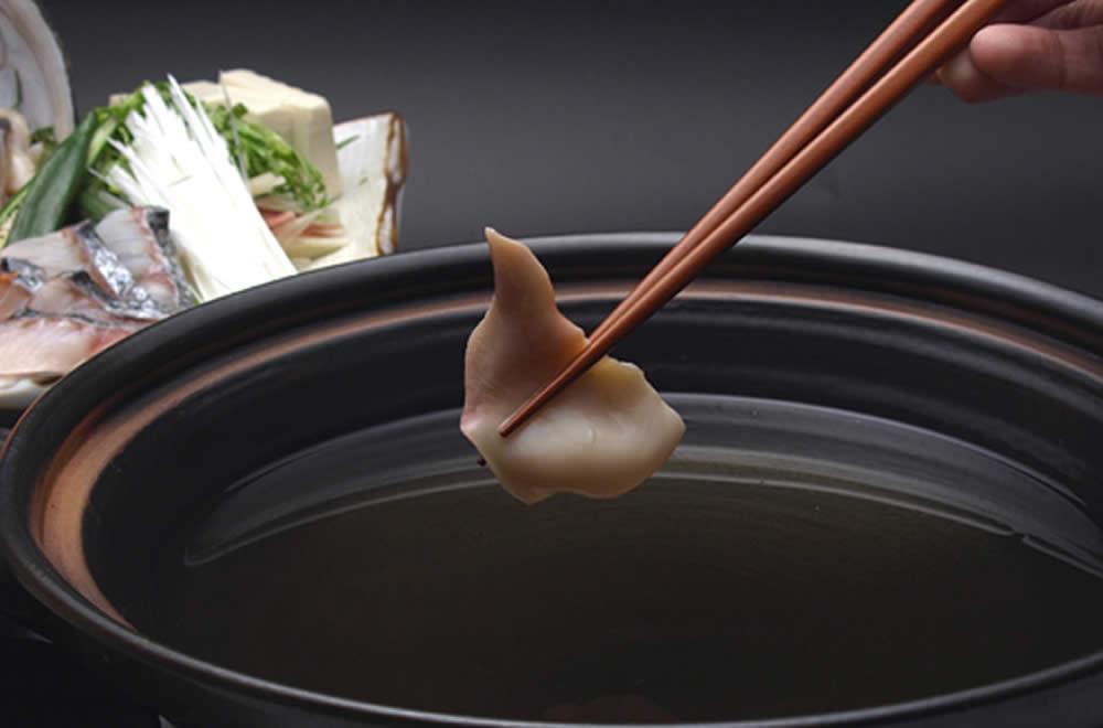 鍋にほっき貝を入れる